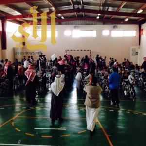 معلم قبل تقاعده من التعليم يكرم جميع طلابه بآيباد ودراجات هوائية
