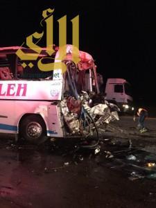 مصرع شخصين وإصابة 35 لحادث بين حافلة وشاحنة على طريق الرياض الدمام