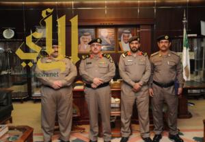 اللواء القحاط  يكرم أحد منسوبي شرطة محافظة دومة الجندل نظير جهوده