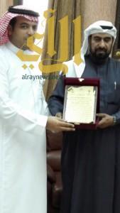 مواطن يثمن جهود مستشفى الملك عبدالله ويكرم استشاري الجراحة العامة