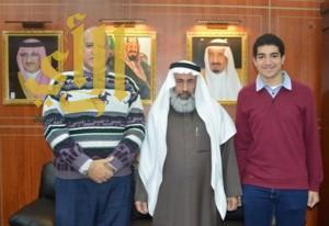الدكتور سعد يكرم الطالب محمود لحصوله على المركز الأول بمعدل 100%
