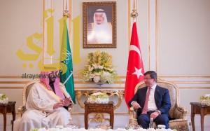 ولي ولي العهد يبحث مع رئيس الوزراء التركي مستجدات المنطقة