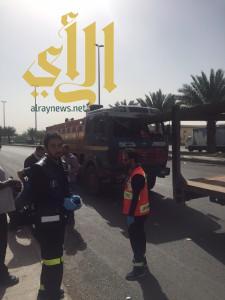 سياج حديدي يخترق شاحنة بطريق العيون بالمدينة المنورة