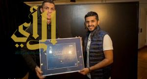 رونالدو يسلم السعودي عبدالعزيز الشهري كأس العالم التفاعلية