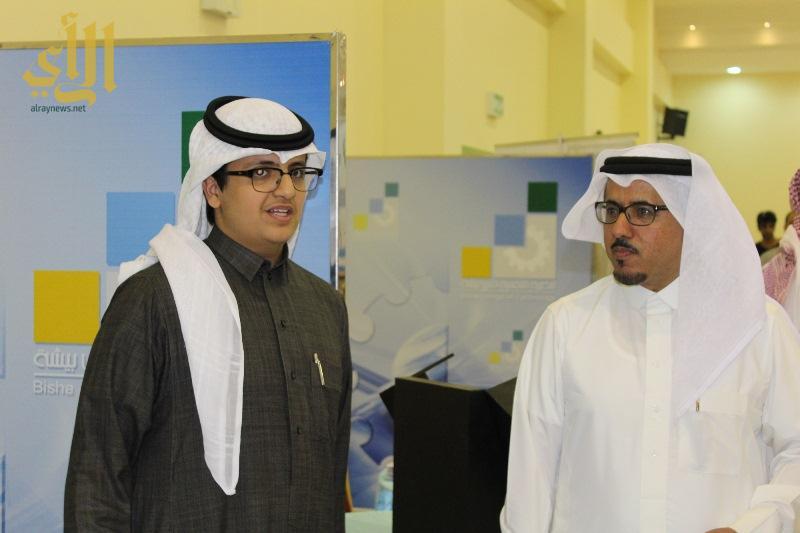 الدكتور هادي اليامي مع طلاب موهبة في بيشة
