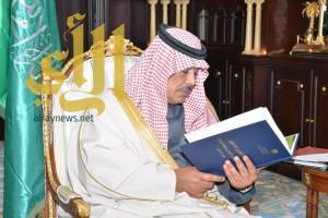 أمير الباحة يتسلم التقرير السنوي لمنجزات مكتب العمل بالمنطقة