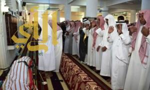 محافظ بيش وجموع المصلين يؤدون صلاة الميت على شهيد الواجب العنبري