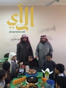 طلاب ابتدائية بوادي الدواسر يحتفلون بسلامة زميلهم من حادث مروري