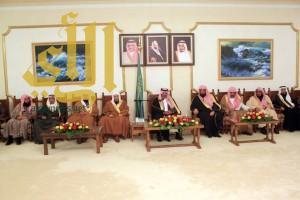 أمير منطقة الباحة يطلع مع المسؤولين والأهالي على مشروعات الأمانة والبلديات