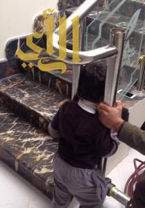 مدني الزلفي ينقذ طفلاً بعد احتجاز رأسه بين أعمدة ديكور