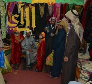 الأزياء العسيرية  : محطة أنظار الزائرين في جناح القرية