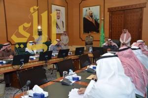 الأمير مشاري بن سعود يبحث سبل تطوير خدمات مطار الباحة