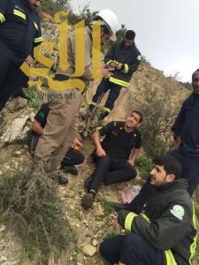 مدني الباحة ينقذ أحد أفراد الدوريات الأمنية من منطقة وعرة برغدان