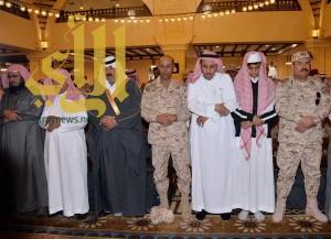 متعب بن عبدالله يؤدي صلاة الميت على الشهيدين الشهري والطوب