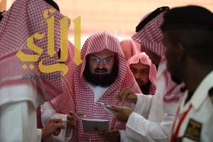 الشيخ السديس يزور معرض الرياض للكتاب ويدون رسالة لجنودنا البواسل