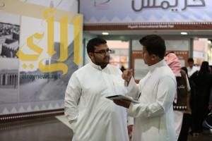 """المركز الإعلامي لـ""""كتاب الرياض"""" يقيس رضا الناشرين والزوار"""