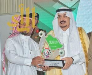 """أمير الرياض يكرم الزميل """"سرور"""" مؤسس حساب طرق الرياض"""