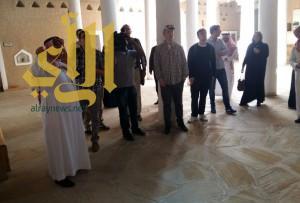 الفائزون بجائزة الملك فيصل وأسرهم يزورون متحف المصمك