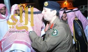 اللواء البقمي ينقل تعازي سمو ولي العهد لأسرة الشهيد الجندي فيصل العتيبي
