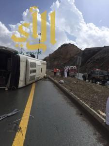 إصابة قائد حافلة مدرسية بعد إنقلابها بطريق الباحة – العقيق