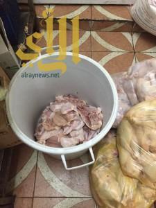 اتلاف 200 حبة دجاج و120 كيلو مواد غذائية مجهولة المصدر بالقطيف