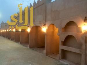 4 نجارين سعوديين ينهون القرية التراثية بالساحل الشرقي
