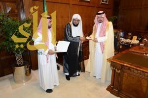 أمير عسير يستلم دعم مالياً من جمعية البر لجمعية حفظ النعمه وعدد من الانشطة الشبابية