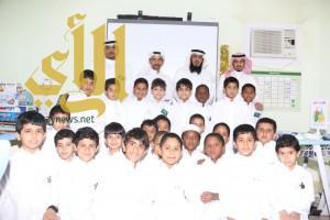 مدير مكتب العزيزية يحضر درساً نموذجياً بمدرسة أبي دجانة