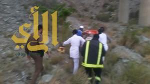 الدفاع المدني والهلال الأحمر بالباحة يباشران حادث شاحنة بسيارة أخرى