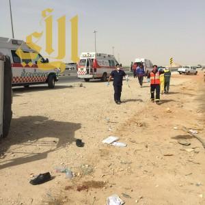 """وفاة شخص وإصابة """"16"""" آخرين بحادث إنقلاب مركبة نقل عمال شرق الرياض"""