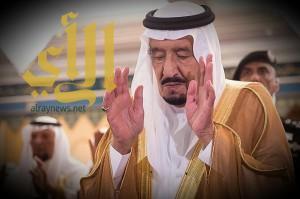"""""""الملك سلمان"""" يؤدى صلاة الميت على الأمير بندر بن سعود بن عبدالعزيز"""