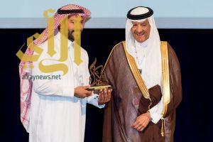 الأمير سلطان بن سلمان يكرم الفنان القنديل
