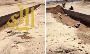 بالفيديو .. سيل وادي لحية يكشف رداءة مشاريع بلدية طريب