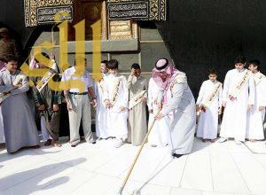 طلاب من تعليم مكة المكرمة يشاركون في غسيل صحن المطاف بالمسجد الحرام