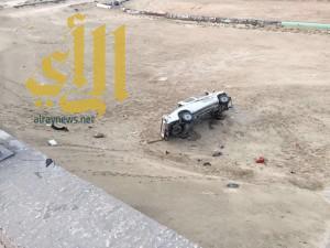 إصابة ٣ أشخاص إثر إنقلاب مركبتهم من على كوبري الأنابيب بالدمام