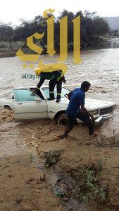 مدني بلقرن ينقذ ثلاثة أشخاص من الغرق بوادي خثعم