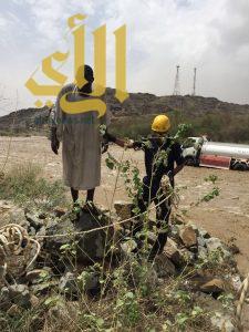 فرق الدفاع المدني ببارق تنقذ مقيم سوادني من الغرق بسيل وادي شري