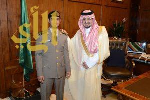 أمير عسير يقلد آل أبو ساعد رتبته الجديدة