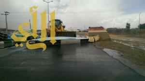 أمطار ورياح تتسبب في سقوط مجسم مدخل مركز العرين