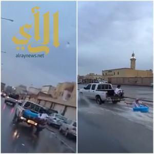 شاهد .. شاب في الرياض يستمتع بطريقته الخاصة أثناء هطول الأمطار