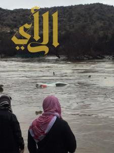 """بالصور .. """" بلدية بلقرن  """" تستخرج سيارة بعد سقوطها في سد وادي شيبانة"""