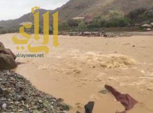 الأمطار تعزل الطلاب عن الوصول لمدراسهم في شواص