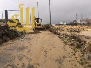 رئيس بلدية النماص يتابع أعمال إزالة مخلفات الأمطار بمركز السرح
