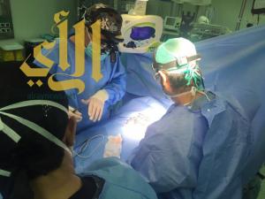 طاقم طبي يجري عملية جراحية معقدة لطفلة يمنية