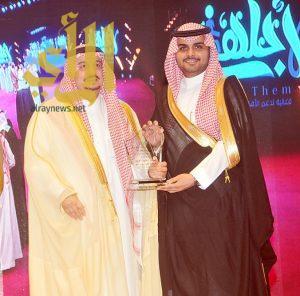 """أمير الرياض يكرم """"نخبة العود"""" لجهودها الخيرية"""