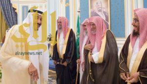 الملك سلمان يستقبل الأمراء والمفتي والعلماء وجموعاً من المواطنين