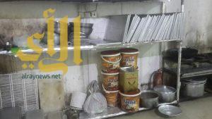 بلدية حفر الباطن تغلق معمل حلويات مخالف