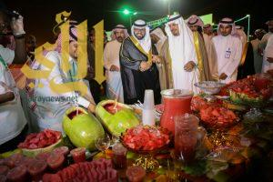 زوار مهرجان الحبحب يواجهون حرارة الطقس المرتفعة بتناوله