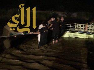 مدني جازان : يستخرج 6 مركبات وجريان عدد من الأودية نتيجة هطول أمطار غزيرة على المنطقة