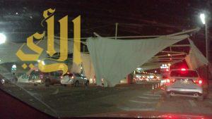 عاصفة هوائية تتسبب في سقوط مظلات جسر الملك فهد